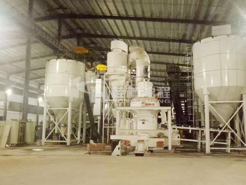 广西某玻璃厂 250目石油焦磨粉机 HC1700摆式磨粉机设备现场